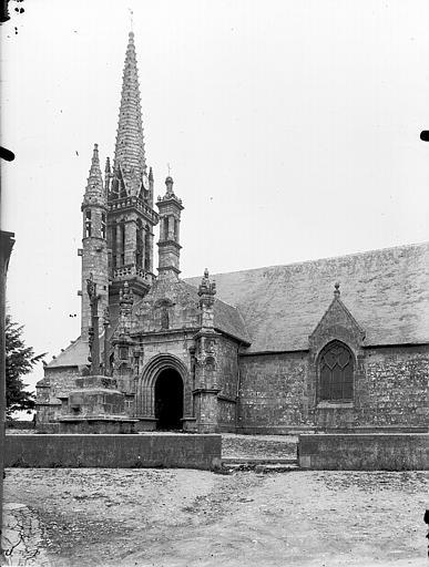 photo pour Eglise avec le calvaire et l'ossuaire